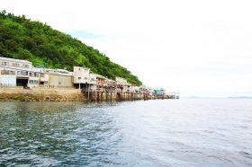 浜にずらっと並んだイリコの加工場「イリバ」