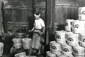 小豆島には日本最大級の「天然醸造醤油蔵」があり、今でも昔ながらの醤油造りを守り続けています